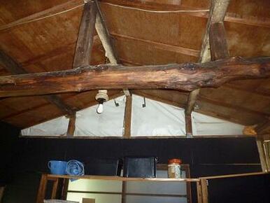 サービスルーム(元、土間)の梁の見える天井