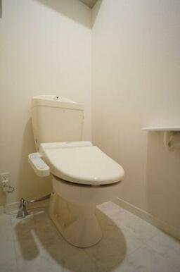 【トイレ】トイレには洗浄機能付き便座が設置しています。また、手すりやタオル掛け、収納棚なども取り付け