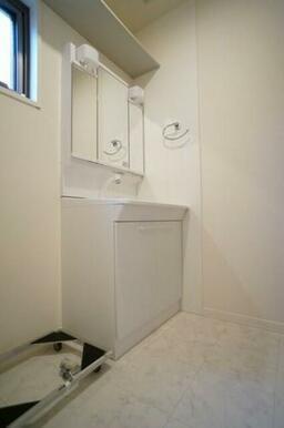 【洗面台】洗面台は独立型です。隣には洗濯機スペースが確保されており、上部には収納棚も設置しています!