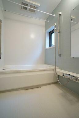 【浴室】高級感のある壁が特徴的な浴室です。追い焚き機能付きで、浴室乾燥機も設置されています♪