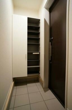 【玄関収納】玄関には大型のシューズBOXがありますので、玄関が広く使えます★
