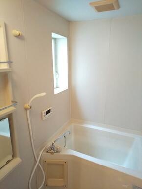いつでも温かい湯舟に浸かれる追焚き機能完備の浴室★