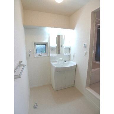 洗面所は忙しい朝の味方【独立洗面化粧台】を導入♪洗面ボウルの前面は楕円形になっており、使い易く設計さ