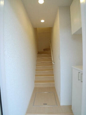 居室に向かう階段は室内にございます♪共同住宅に住みながら一戸建て感覚の暮らしが出来るお部屋です♪