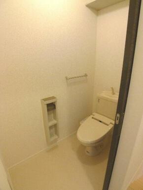 トイレの便座は嬉しい【温水洗浄便座】を設置しております♪上部の棚にトイレ用品を保管できます♪