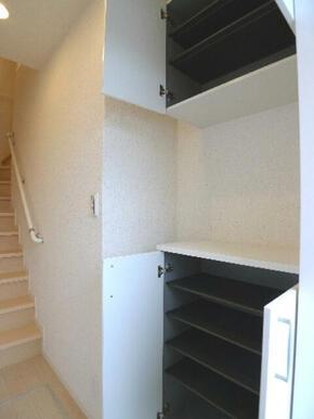 玄関先には上下に分かれた【シューズボックス】を導入♪中心部分にはちょっとしたインテリアを置けるスペー