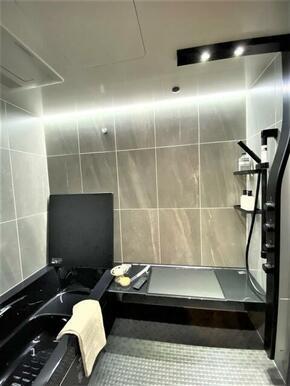 浴室はLIXIL製 ベンチに腰かけながら打たせ湯が受けられます。