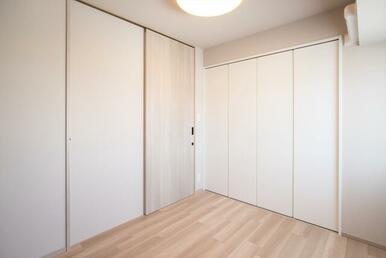 洋室約5.0帖。洋室の扉に引き戸を採用。
