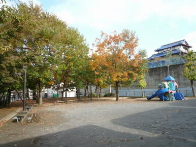 最寄りの児童公園(咲美台公園)まで徒歩1分(80m)です。小さいお子様がいても近くて安心です。