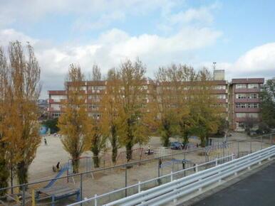 河原塚小学校も徒歩2分(100m)の近さです。校庭も広い小学校です。