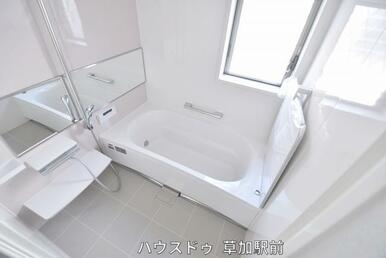 浴槽に手すりがあるので、お年寄りの方も使いやすくなっています!