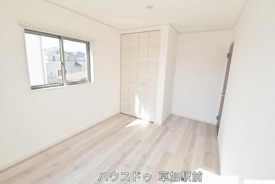 2階バルコニーに面している収納付き6帖の洋室です!床はフローリングになっているので、掃除も楽々です…