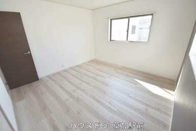 2階8帖収納付きの洋室です!床はフローリングになっているので、掃除も楽々です(*^-^*)
