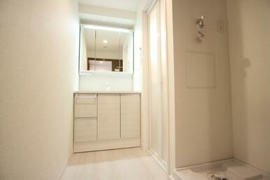 開けると大容量の収納!閉めるとスッキリとした三面鏡の洗面室!