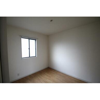 ◆洋室(4.8帖)◆寝室や子供部屋など、ライフスタイルに合わせてご利用くださいませ♪