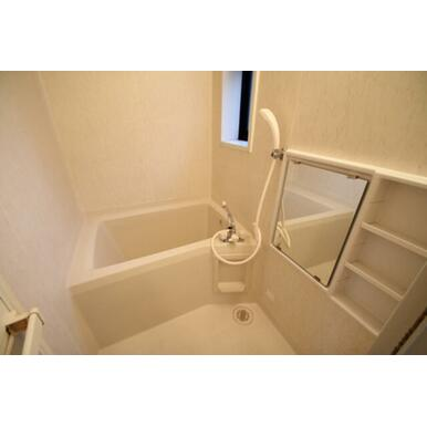 ◆バスルーム◆小窓があるので、カビ防止や採光に便利です♪バス・トイレ別々です!
