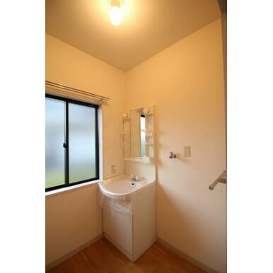 ◆洗面所◆室内洗濯機スペース、タオル掛け付きです♪