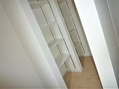 シューズクロークは玄関とホールからも出入りできます