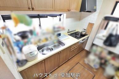 キッチンは壁付なので、集中してお料理が出来そう!床には床下収納があるので、日々使いもののストック品…