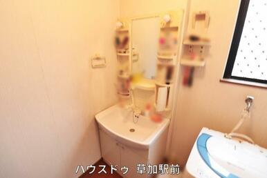 鏡サイドにボトル棚がある洗面所は身支度で使う物を収納しておけば、身支度の時間も短縮に♪使ったら仕舞…