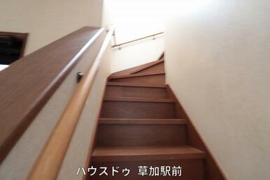 階段には手すりがございます!小さいお子様の上り下りや、お年寄りの方のサポートにも!