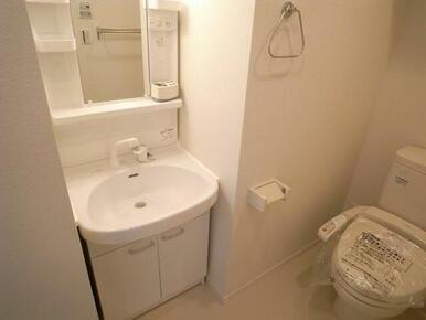 【設備】トイレは温水洗浄便座を設置しております。洗面台は独立洗面台となっております。