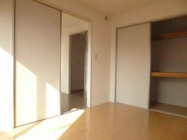 寝室や子供部屋にもおすすめの洋室には大きな収納があります