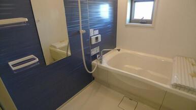 バスルームにも小窓を設置しています。 一日の疲れは、お風呂に入ってリフレッシュが一番ですね♪