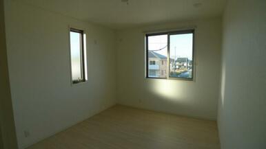 6.4帖洋室となります。 角部屋ですので2面採光(窓2ヶ所)となります。