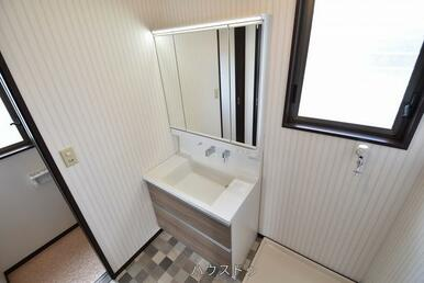 鏡の中と洗面台下が収納スペースになっているので、洗面台回りもすっきり◎蛇口も短くなっているので顔を…