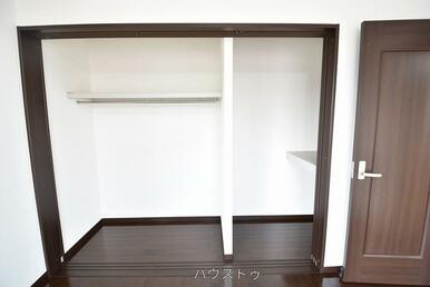 9帖の洋室には収納スペースがございます!ハンガーラックがあるので、お洋服もそのまま引っ掛けるだけで…
