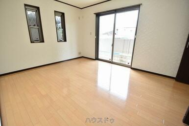 10.5帖の洋室は1階にございます!寝室や客間としても使用可能◎玄関入ってすぐにお部屋があるので、…