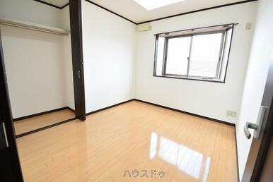5.5帖の洋室にも収納スペースがございます!全居室に収納スペースがあるのでお部屋もすっきり片付けら…