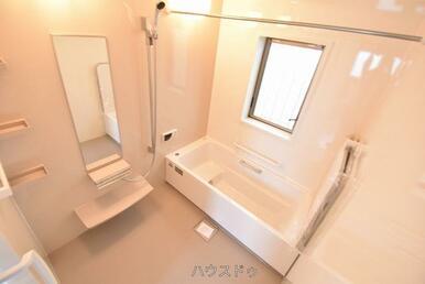 窓のある浴室は換気も◎浴槽には手すりがあるので、入浴時にサポートしてくれます♪また、段差があるので…