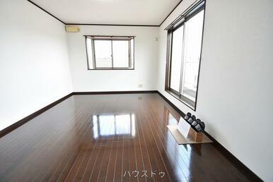 9帖洋室はバルコニーと面しているので、採光が取れ明るい雰囲気に♪南向きなので日当たりも◎寝室として…