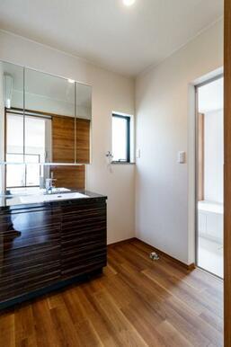 生活動線を考えた場所に設けた、洗面脱衣所!