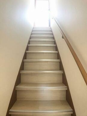 階段には手すりがございます