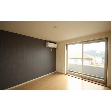 3Fの角部屋で日当たりだけでなく見晴らしも良いです☆エアコンが1台設置されており窓枠には室内物干しも