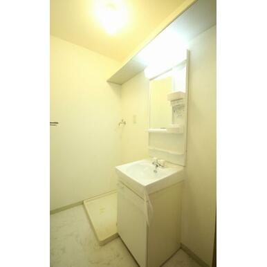 独立洗面化粧台と室内洗濯機置き場です。床は大理石調のクッションフロアを採用☆洗面台上には棚があるので