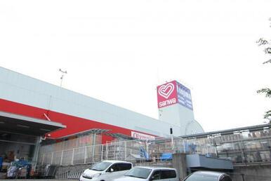 【スーパー三和 忠生店】徒歩11分の距離のショッピングセンター内にあります!駐車場も完備♪