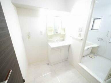 シャワーが伸びる洗髪洗面化粧台タイプですので使い勝手も良く、お掃除もしやすいですよ♪