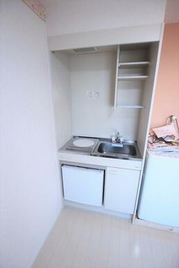 1口コンロ・ミニ冷蔵庫付のキッチン※洗濯機置場は残置物です。設備保証ありません。