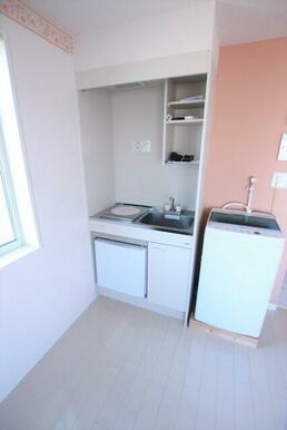1口コンロ・ミニ冷蔵庫付きのキッチン※洗濯機は残置物です。設備保証ありません。