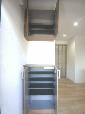 【玄関・ホール】玄関にはシューズボックスを設置しております☆上下にセパレートタイプです!!中棚は取り