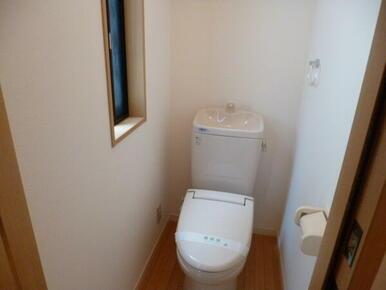 窓付きで明るいトイレ