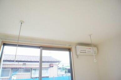 【ホスクリーン】部屋干しに便利な室内物干付きで雨の日や外出時も安心して洗濯物が干せます◎