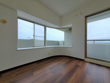 2方向に窓があり開放的な洋室