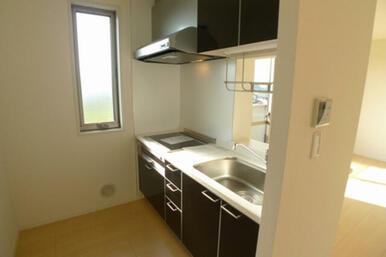 キッチンは熱伝導の優れた、安心性に配慮したIHクッキングヒーターとなります☆