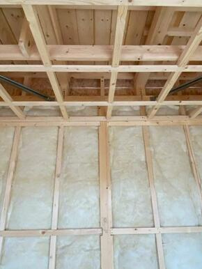 壁断熱には24kのグラスウールを採用。外壁の内側だけでなく浴室とトイレの壁にも同仕様の断熱材を使用し