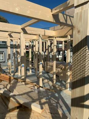 木造軸組工法を採用。日本古来より続いている工法で、弊社では熟練の腕を持った大工さん達に年間270棟も